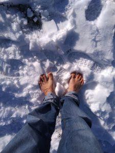marcher-pieds-nus-dans-la-neige